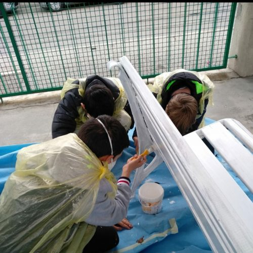 Stesura della pittura acrilica di fondo bianca con: mascherine e guanti