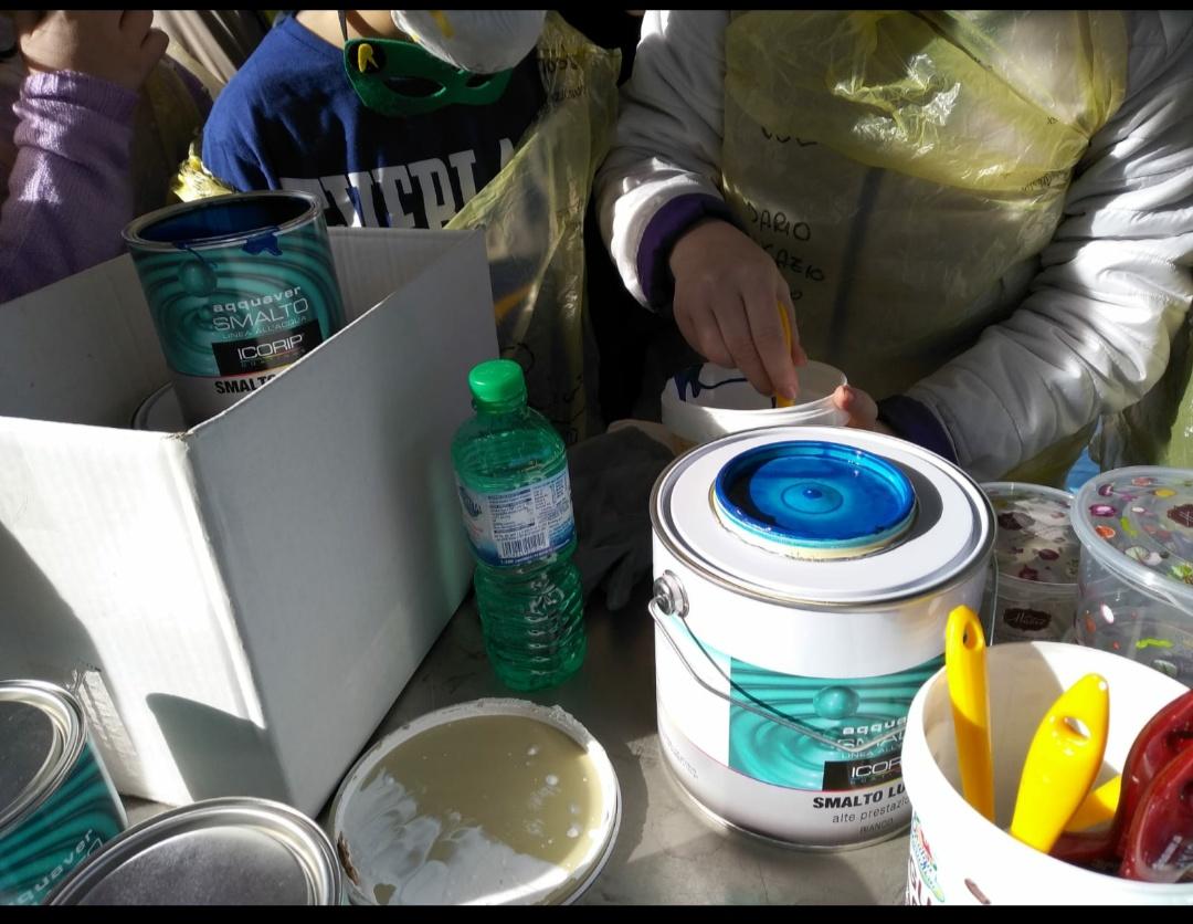 Coloritura: composizione dei colori acrilici ad acqua per verniciare il retro delle panchine.